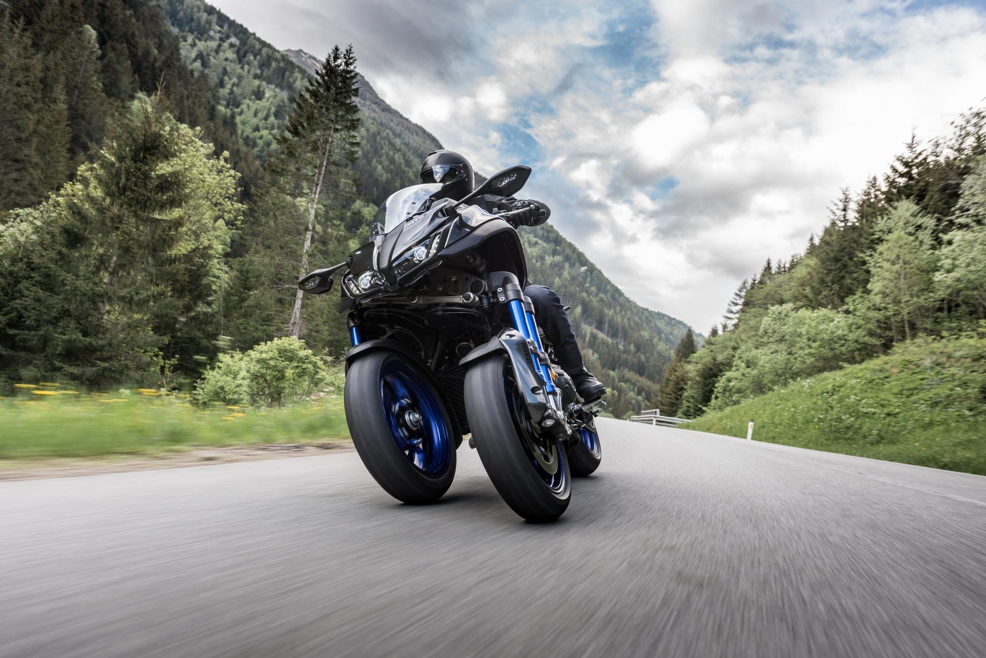 2019-Yamaha-LMWTR-EU-Graphite-Action-001