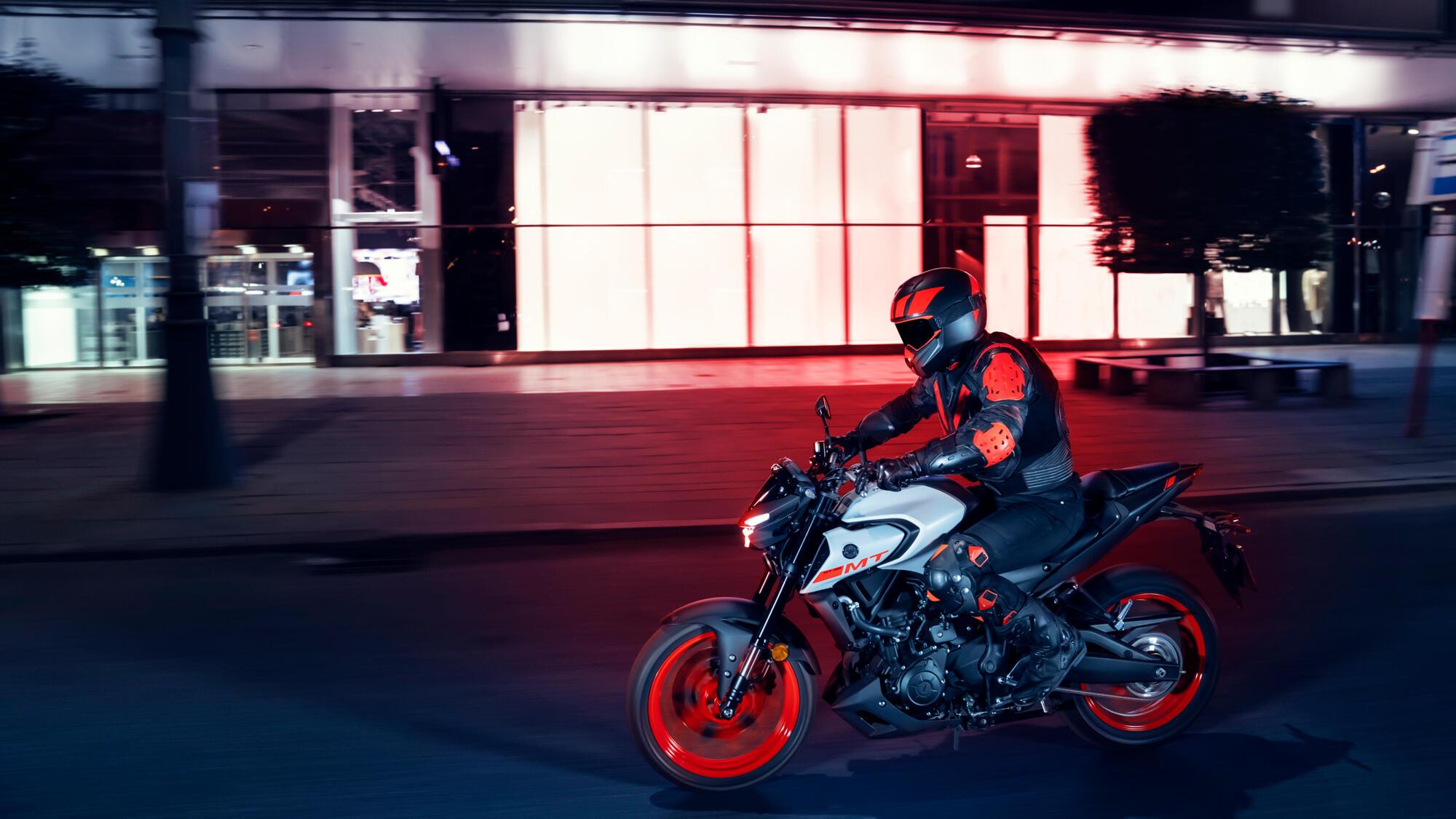 2020-Yamaha-MT320-EU-Ice_Fluo-Action-001